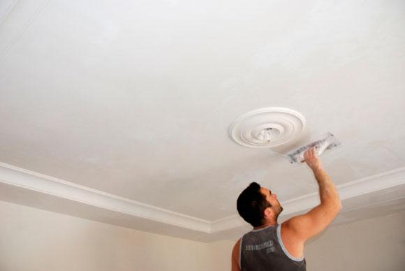 чем красят потолок